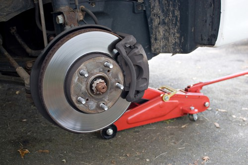 How Expert Mechanics Easily Perform Brakes Replacement At Your Home